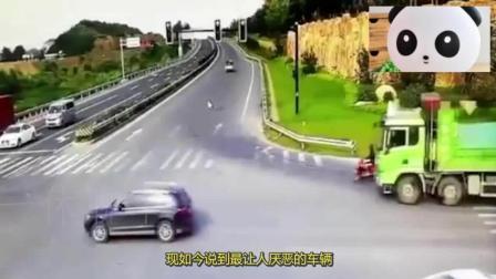 女司机开车就是马虎! 高速遇故障违停, 惨被撞飞