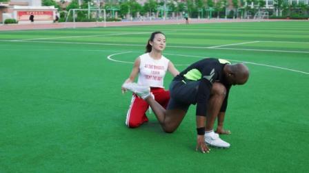 美女老师绿茵场, 手把手教黑人足球爱好者练瑜伽, 成功后表情亮了
