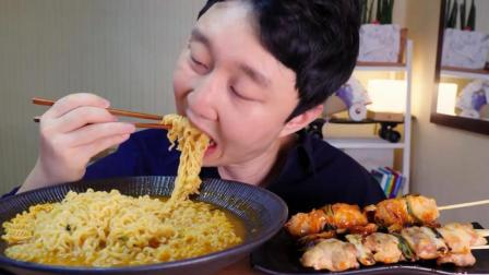 韩国吃货小哥, 吃一大碗面条, 配上烤肉串, 吃得太香太馋人了