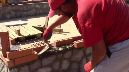 实拍外国工人这样砌红砖, 井井有条, 砖头砌得非常整齐!