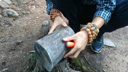 手工: 用木工凿子将原木雕刻制作成容器