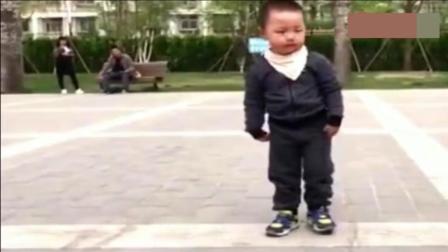 四岁男孩能把广场舞跳的这么出神入化, 绝对找不出第二人