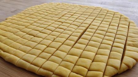 半斤面粉2个鸡蛋, 不需任何添加剂, 做的零食金黄酥脆, 越嚼越香