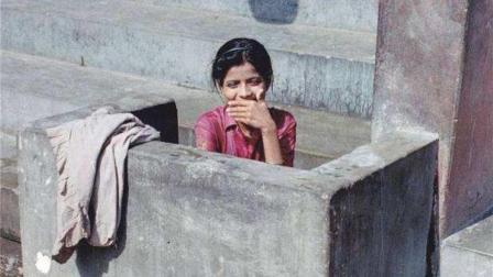 印度都是露天厕所, 印度女人是怎么上厕所的? 这才明白了
