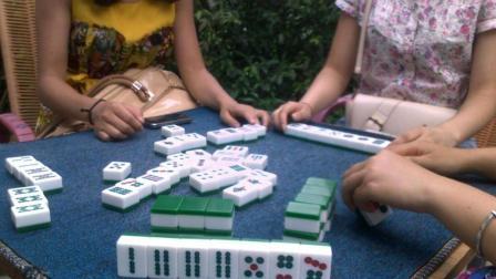 宝妈打牌赢了钱, 开心回到家, 却发现背上的孩子早就没了呼吸