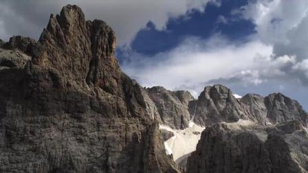 航拍雄伟奇特的山峰