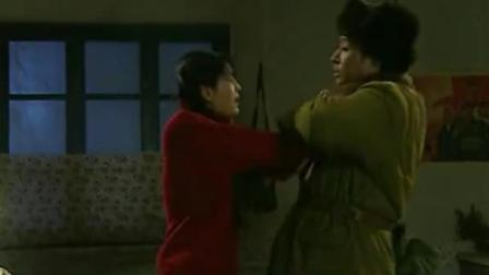 兵团岁月:战士晚上不睡觉,跑到女生宿舍耍流氓,当场被战友逮住