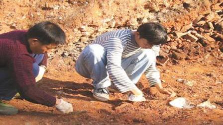 考古挖掘一宋朝夫妻合葬墓, 却被一村民阻拦: 我
