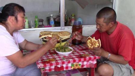 夏天这样吃莴笋最过瘾, 再搭配上农村妈妈烙的面包饼, 真是馋人啊