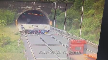 大客车隧道口失控侧翻使未系安全带的乘客甩出
