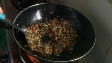 中国美食视频 生活印迹之炒农家酸菜的做法 上酸菜了口水准备好 走过那片海做菜视频