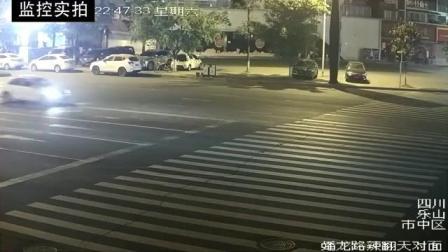电动车女司机侥幸闯红灯, 不料被惨撞付出代价
