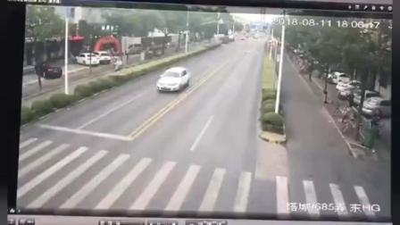 电动车司机斑马线上被撞飞, 但更惨的一幕还在后