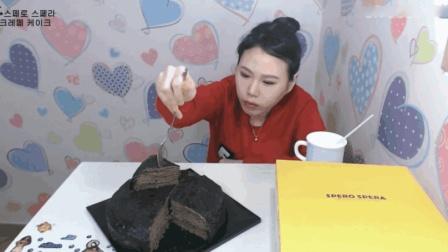 大胃王卡妹晚餐吃巧克力千层蛋糕, 还得再喝杯牛奶压压惊