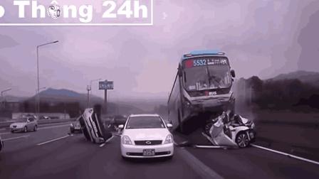 太惨了, 大客车猛撞过来, 一路的车都成渣了