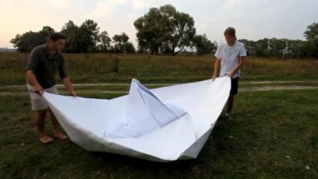 用纸折的船能不能载人?看外国小哥尝试,最后成品小哥很尴尬!