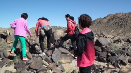 大漠猎奇 贵州美女乒友在曼德拉山上看岩画