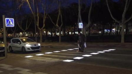 杭州这条智能斑马线, 行人靠近会发光, 女司机看到笑了!