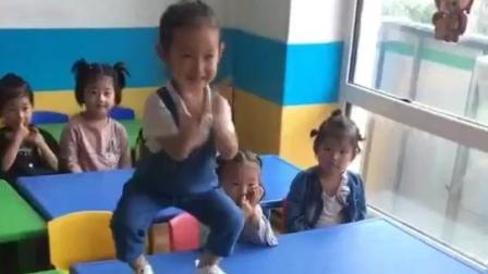 这个孩子成精了, 开学第一天, 嗨起来...萌娃你赢