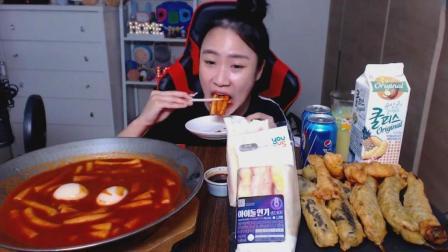 韩国吃货萌妹子, 吃火辣炒年糕+三明治+油炸什锦+金枪鱼杯饭, 妹子太能吃了