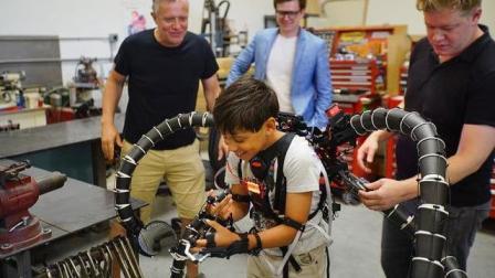 美国19岁小伙暴富后! 砸2000万造机械手臂, 只为帮朋友, 看完惊讶了!