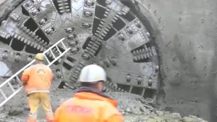 山体隧道打通后钻出来一个大家伙, 场面有点震撼