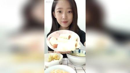 今天不吃面包啦吃个中式早餐, 香肠卷, 小米粥, 凉拌金针菇, 煎蛋