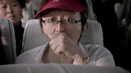 看见一群劫匪堵在大巴车面前,吓得旅客把戒指