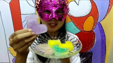吃冰达人: 面罩小姐姐吃彩色大靴子冰块 吃起来嘎嘣脆