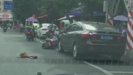 男子街头抱摔小孩 抢走摩托车后跳河身亡
