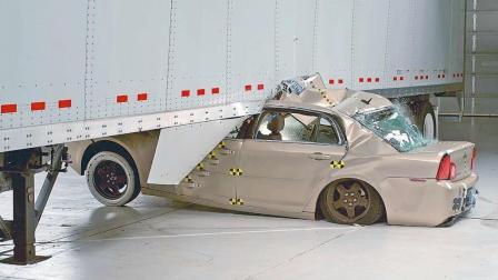 小汽车撞大货车后果多可怕? 老外亲测: 这就是青铜与王者的差距!