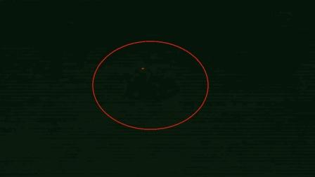 深夜一个奇怪的幽浮飞过天空, 拍摄者记录下不明
