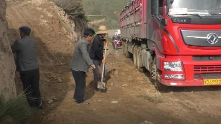靖远高湾镇砂河村赵岘大坡半挂车被困住了