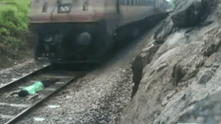 惊魂! 印男子卧轨自拍 让火车从其身上驶过