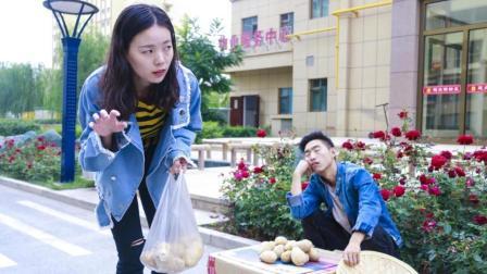 男子卖土豆打瞌睡, 路过美女趁机偷菜, 被男子发现后, 美女的反应真搞笑