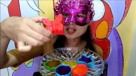美食吃货: 面罩小姐姐吃彩色果冻巧克力蝴蝶甜点 脆的冰爽超赞哦