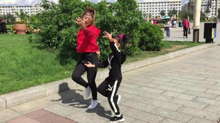 广场舞歌曲《一起走天涯》2个美女用鬼步舞跳出不一样的感觉