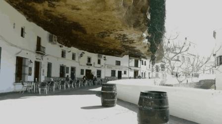 一个被巨石压了600年的村庄, 下雨也不需要打伞, 终年不见阳光!