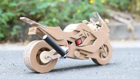 小伙用纸板制成一辆摩托车, 开起来的瞬间才知道什么叫霸气