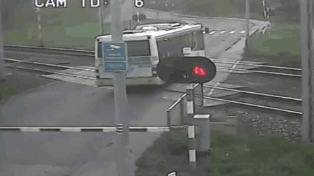公交车争分夺秒通过铁道口, 结果悲剧了