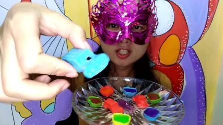 美食吃货: 面罩小姐姐吃彩色果冻巧克力小汽车甜点 外脆里嫩绝配