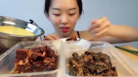 吃播大胃王: 美女小姐姐直播吃红烧猪肉, 真香! 馋得我直咽口水