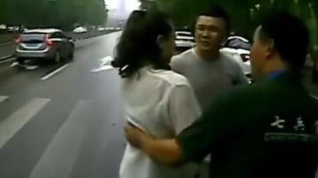 监拍女子与男友吵架 竟一言不合撞向公交车