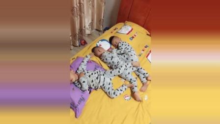 三胞胎宝宝在床上一起玩耍, 接下来宝宝们的反应太可爱了!