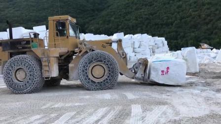 装载石头的轮式装载机, 这老司机的技术很赞!