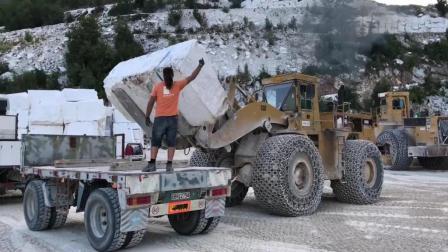 矿用装载机铲石头, 这操作什么水平?