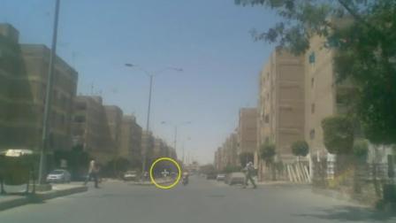 埃及大街惊现巨人, 网友偷拍下传至网络引轰动