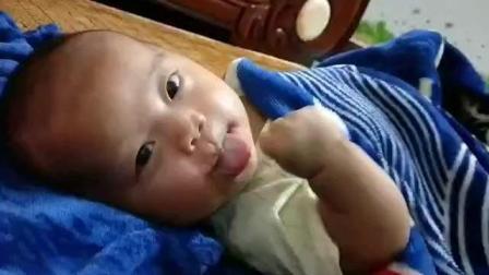 每个宝宝都这么爱吃手指吗