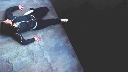 女孩一觉醒来, 发现自己身处悬崖绝壁, 脚底是万丈深渊