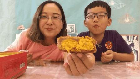 """试吃""""双蛋黄莲蓉月饼"""", 切开之后两个鸭蛋黄, 吃起来很满足"""